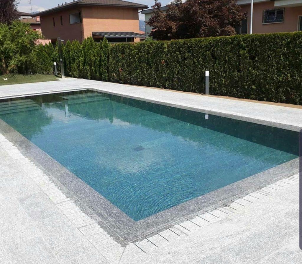 Bordo e rivestimento piscina in pietra di Luserna