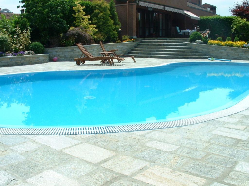 Pavimento bordo piscina in pietra di Luserna