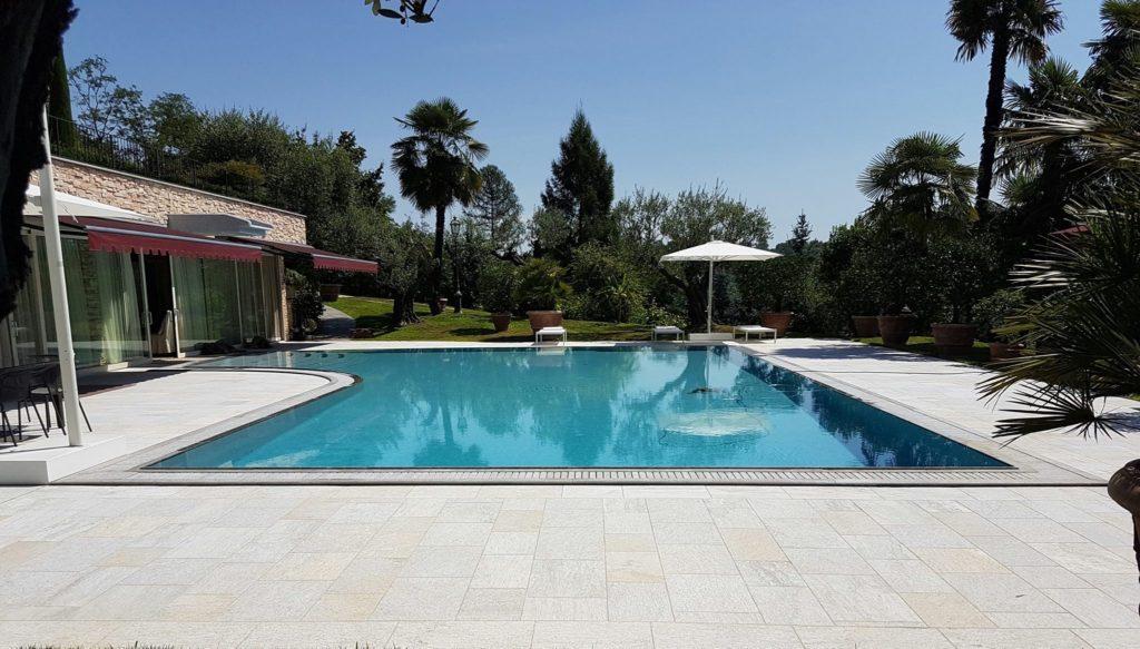 Pavimento e bordo piscina in pietra di Luserna