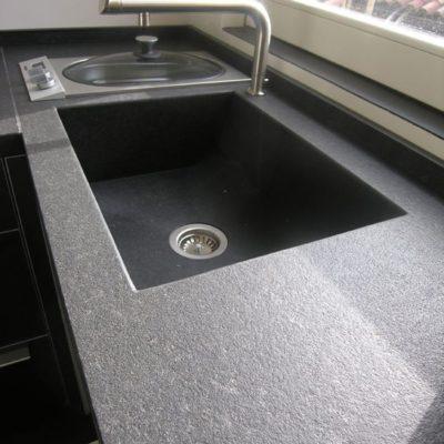Piano cucina in granito nero assoluto spazzolato